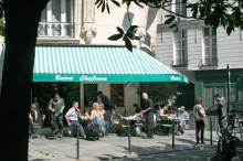 LUNSJ: Rett bak Place des Vosges, midt i bydelen Marais, ligger Chez Janou, en erkefransk restaurant med like fransk meny, kelnere, duker og musikk. Et must for deg som gjr alt for  f den franske atmosfren under huden.